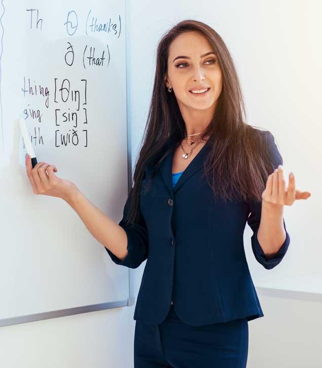 Nyelvi képzés közben az oktató a szavak kiejtését magyarázza.