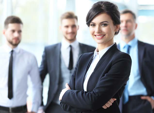 A vállalat különböző munkatársai egy csoportképen.