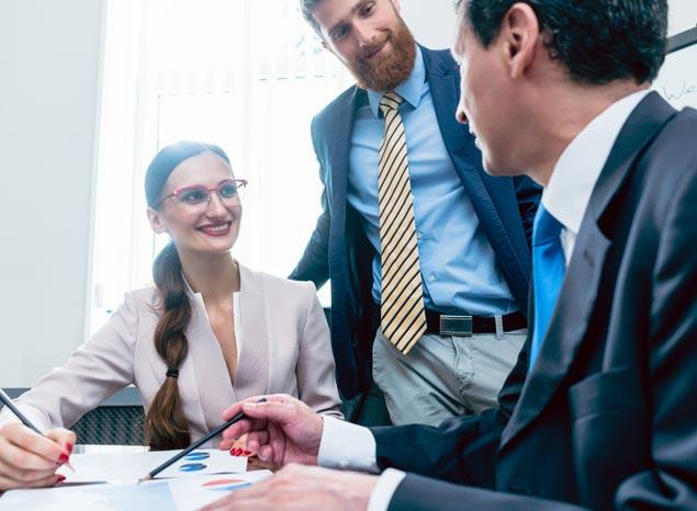 Tolmács közvetít a vállalat munkatársa és a cég egyik partnere között.